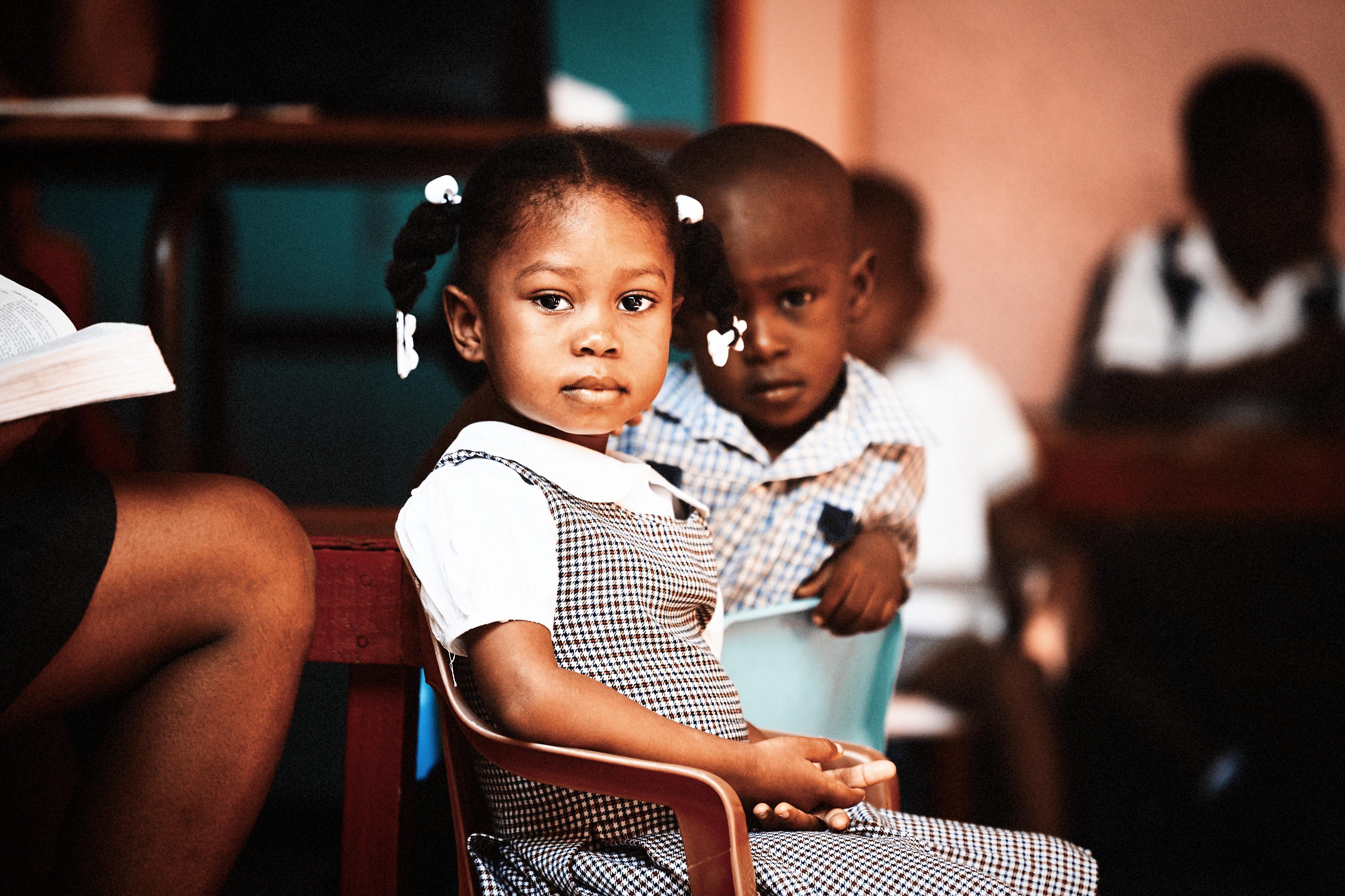 Schulmädchen, Haiti, Stuhl
